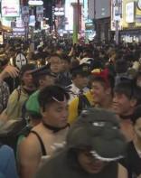万圣节临近 东京涩谷吸引大量年轻人 警视厅加强警戒