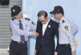 受16宗罪指控 李明博首次出庭受审