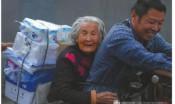 大叔骑车带92岁老母送货谋生 24小时形影不离
