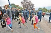 希腊:上千小难民入学遭抗议 警察开路护送入校