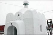 """俄西伯利亚男子用积雪为村子建造""""雪教堂"""""""
