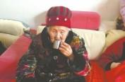 """92岁""""女酒仙""""每天少则喝8两 60年没醉过"""