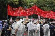反天皇制团体与日本右翼分子在靖国神社前上演对骂