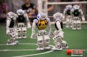 日本企业演示5G技术应用 机器人表演桌上冰球