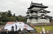 """日本弘前城使用35000个苹果制作""""苹果浮世绘"""""""