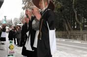 日本和歌山150名僧侣不惧风雪化缘修行