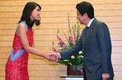 安倍在官邸会见日本环球小姐