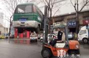 """车停路边内存煤气罐 哈尔滨交警清理45台占道""""僵尸车"""""""