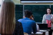 俄罗斯高考拉开帷幕 学生参加考试紧张有序
