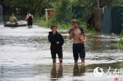 淡定!俄罗斯民众在齐腰深洪水中悠哉吃零食
