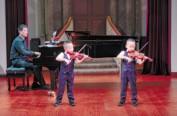 """5岁双胞胎琴童举行小提琴专场音乐会 老会堂里闪亮""""双子新星"""""""