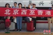 """广深港高铁首日开通上座率百分之百 乘客赞""""同城时代"""""""