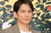 冈田准一在主演电影《椿花散落》中兼职担任摄影师