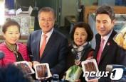 韩总统文在寅视察浦项竹岛市场