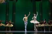 哈尔滨芭蕾舞团在冰雪世界中起舞飞翔