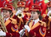 朝鲜艺术团现身韩国公园表演  红色演出服吸睛