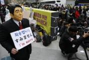 """韩国人戴安倍面具在日使馆前""""谢罪"""":对不起"""
