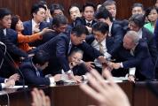 日本参院强行通过《入管法》修正案 现场冲突不断