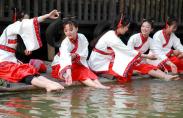 장쑤 창저우, 한족 전통복 입은 미녀들이 펼치는 고대 풍습 '곡수유상'