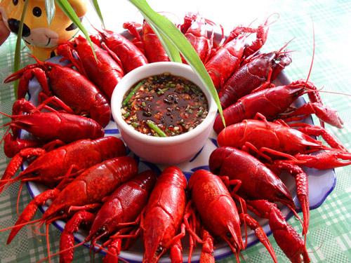 葱 (适量),蒜瓣 (一个量) 制作步骤 1,处理龙虾 2,姜切片,葱打结 3,小