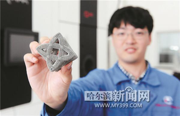 工作人员展示以钛合金为原料,用3D打印出的产品。 制作一根钛合金股骨头要多久?答案是:利用3D打印技术只需几小时。利用生物兼容性好且无毒的钛合金制作的人工关节已经越来越广泛应用到医疗领域,钛这种新型金属逐渐被人们认知。位于科技创新城的航天海鹰(哈尔滨)钛业有限公司就是一家研究和生产供航空、航天、船舶、能源、化工、生物医疗等行业使用的高端钛产品的企业。 走进航天海鹰,几处偌大的厂房矗立在园区中,进入其中一处厂房,各种设备被安放在制冷良好的工作间内。据介绍,园区一期工程总投资7.
