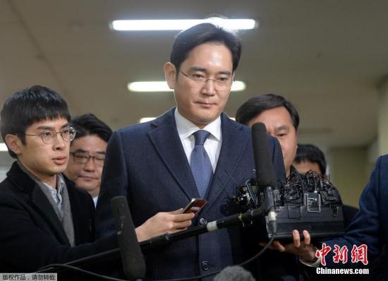 韩国法院2月17日签发对三星电子副会长李在镕的逮捕证。这是三星成立以来掌门人第一次被批捕。韩国亲信门独立检察组计划以逮捕李在镕为契机,在剩下的调查时限内重点调查涉嫌受贿的总统朴槿惠。图为当地时间2月16日,三星集团领导人李在镕现身特别检察官办公室,出席法庭聆讯。