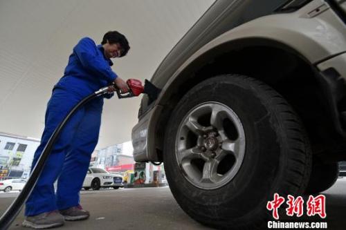 资料图:山西太原,加油站工作人员为私家车加油。 武俊杰 摄