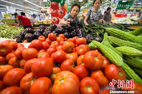 资料图:山西太原民众在超市选购蔬菜。 张云 摄
