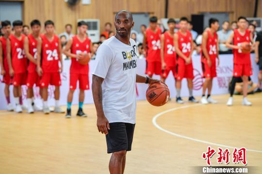 科比指导海南青少年篮球爱好者训练,从体型来看,科比较此前网络照片苗条许多。 骆云飞 摄