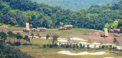"""图为日前韩国将""""萨德""""系统剩余4辆发射车运抵星州高尔夫球场部署。(资料图片)"""
