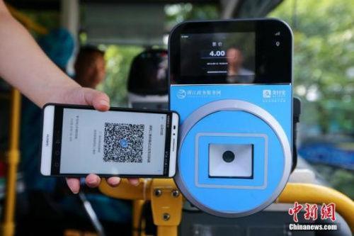 智能手机使用场景越来越多。图为资料图:民众乘坐交通工具出行时使用手机支付。<a target='_blank' href='http://www.chinanews.com/'>中新社</a>发 许康平 摄