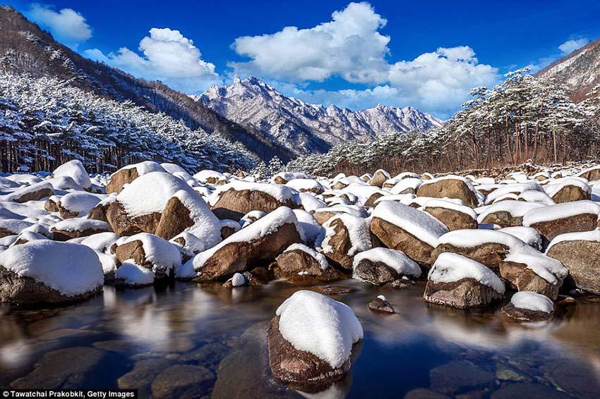 """韩国雪岳山是一个国家公园,拥有""""令人叹为观止的多山地势"""",顶峰高达5,600英尺。"""