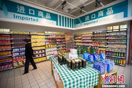 资料图:山西太原,民众正在超市挑选进口商品。<a target='_blank' href='http://www.chinanews.com/'>中新社</a>记者 张云 摄