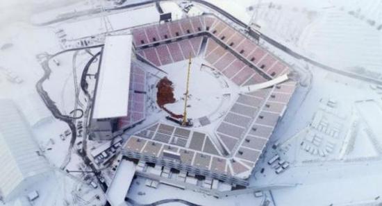 平昌冬奥会以节俭办奥运为目的兴建的临时开闭幕式露天体育场,就不得不临时加装取暖装置。