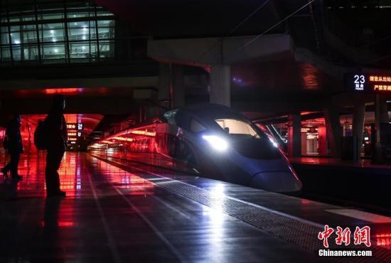 """一年一度的春运大幕开启,一列列高铁、动车已开始行驶。很少有人知道,在千万旅客享受铁路带来的""""贴地飞行""""之前,有一趟列车已经作为""""领航者""""为旅途确认出一条安全畅通的运行轨道。图为京津城际首趟""""复兴号""""开路车从北京南站正式启程。 <a target='_blank' href='http://www.chinanews.com/' >中新网</a>记者 翟璐 摄"""