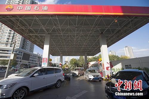 资料图:车辆正在加油站加油。<a target='_blank' href='http://www.chinanews.com/'>中新社</a>记者 张云 摄