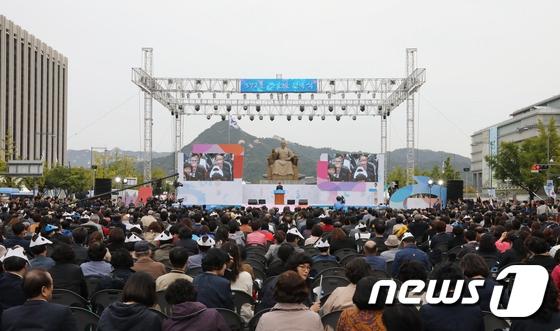 """9日上午,""""韩文节""""572周年纪念庆祝仪式在首尔光化门广场举行,韩国国务总理李洛渊出席庆祝仪式。"""