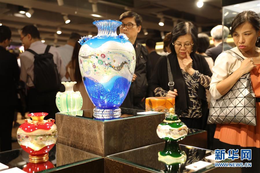 观众在欣赏展出作品。