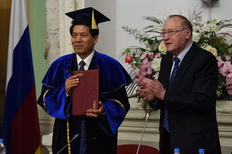 巴扎诺夫院长授予李辉大使荣誉博士学位证书
