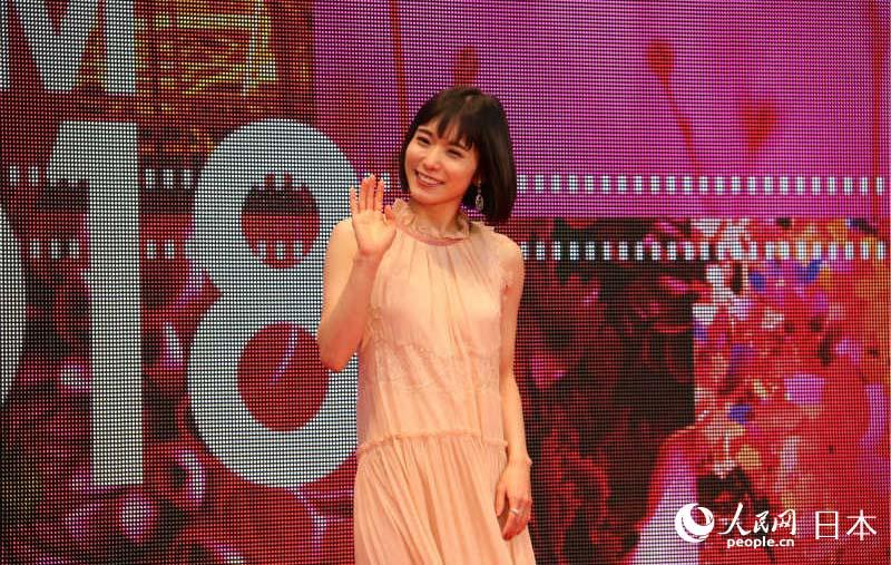 东京电影节宣传大使松冈茉优亮相红毯仪式。(摄影 木村雄太)