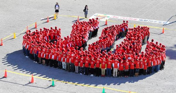 日本日光一小学466人组成温泉标志创吉尼斯纪录(图片来源:朝日新闻网站)