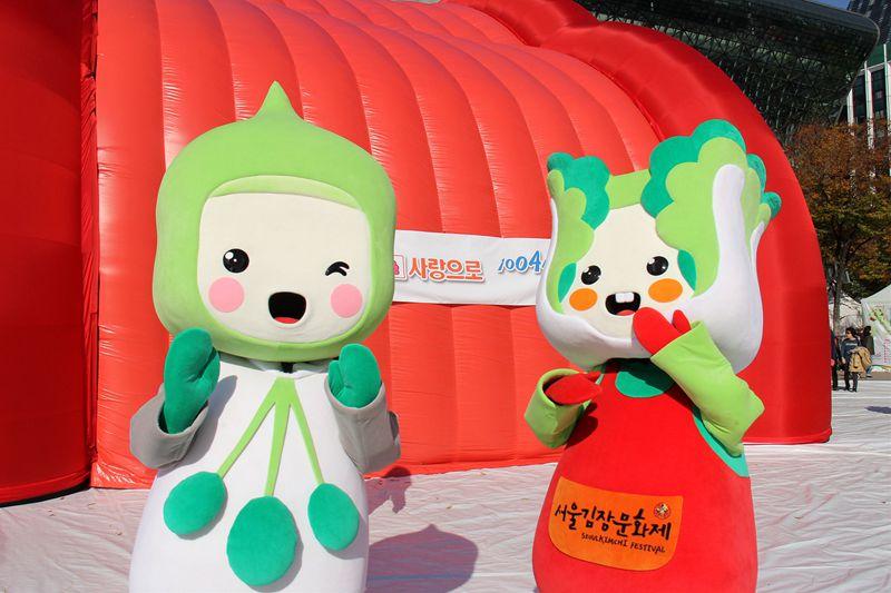 """2018年11月2日,为期3天的""""第五届首尔越冬泡菜文化节""""在韩国首尔开幕。图为泡菜文化节吉祥物。 陈尚文摄"""