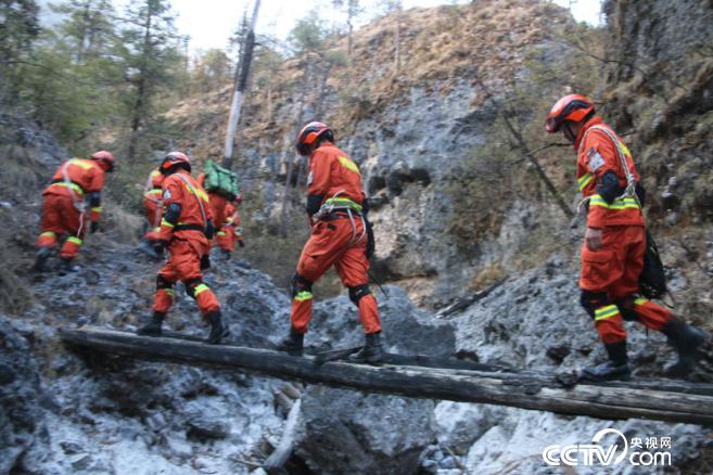 玉龙森林消防大队在野外巡逻。(图由玉龙森林消防大队)