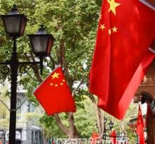 38条主要街路挂国旗迎国庆
