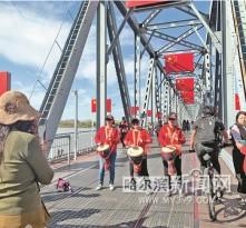 """""""国旗桥""""盛装亮相引打卡热潮"""