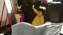 日本超可爱宝宝被自己的喷嚏掀翻红遍网络(图)