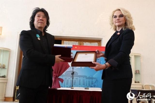 俄罗斯副总理戈利科娃为孟京辉佩戴奖章,发放证书。