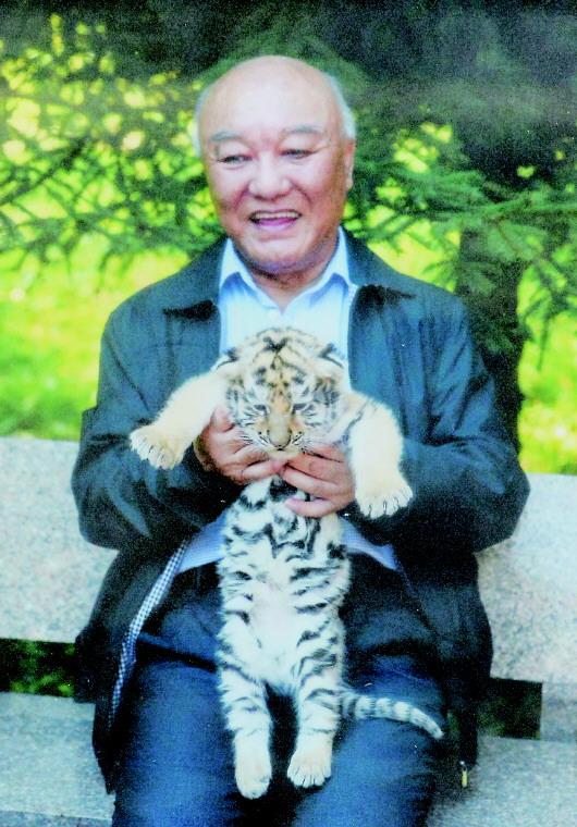 有一幅色彩明丽的儿童画,画的是萌萌的东北虎抱着熊猫,他很是喜欢.