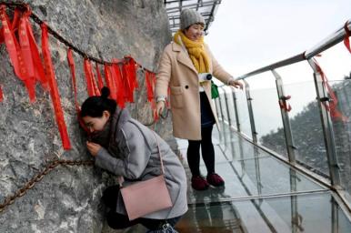 中 가장 높은 해발에 설치된 유리 잔도, 겨울철 이색 관광지로 인기!